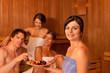 Vier Leute oder Freunde in der Sauna