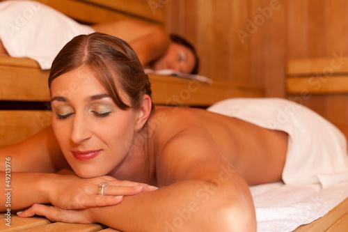 Zwei Freundinnen in der Sauna