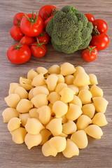 conchiglie e pomodori