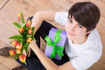 jugend mit geschenk und blumen