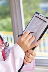 Ärztin mit Klemmbrett und Checkliste