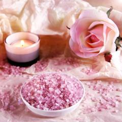 rosa badesalz mit rose und teelicht