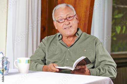 Senior liest Buch im Altenheim