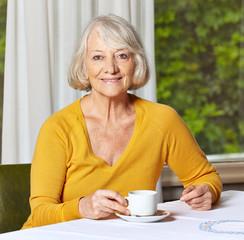 Seniorin trinkt eine Tasse Kaffee