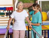 Fototapety Seniorin beim Bewegungstraining