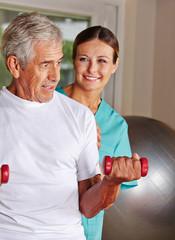 Rentner macht Rehasport im Pflegeheim
