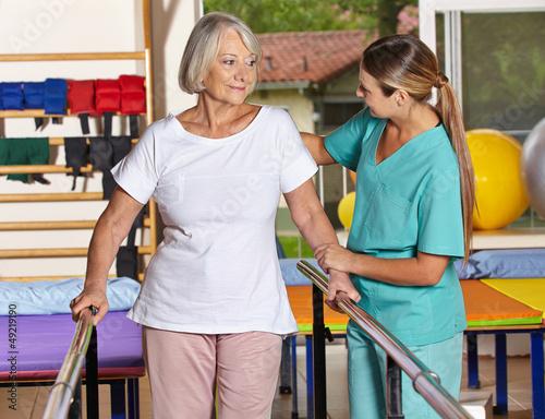 Seniorin beim Bewegungstraining