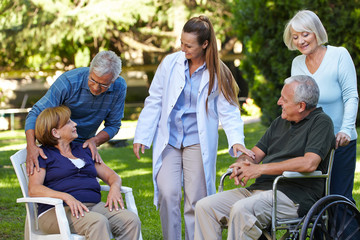 Viele Senioren im Garten eines Pflegeheims