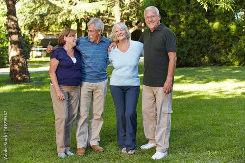 Zwei Seniorenpaare in der Natur