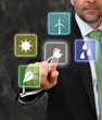 Mann im Anzug drückt  Schalter zum regenerative Energien