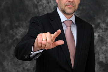Mann im Anzug drückt  auf touchscreen