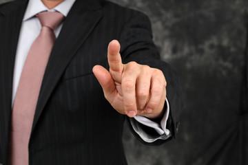 Mann im Anzug drückt Taste