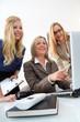 Drei Frauen im üro vor dem Laptop
