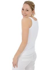 Junge Frau in weißer Kleidung lacht