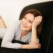 ältere Frau entspannt auf der Couch