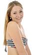 Junge Frau im gestreiften Bikini lacht