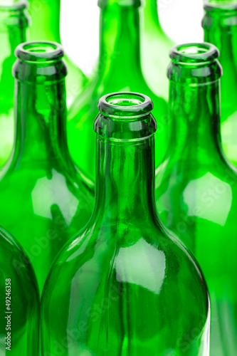 Viele leere grüne Flaschen