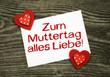 """2 Klebeherzen mit Karte """"Muttertag"""" auf Holzbrett"""