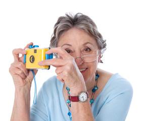 Ältere Dame isoliert mit Fotoapparat