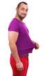 Junger Mann zieht an sein Shirt da er eine Diät machen möchte