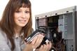Frau als PC Techniker baut Festplatte ein