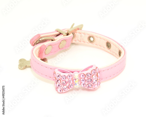 Collar rosa con lazo de diamantes