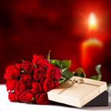 Rosen und Geschenkbox vor Kerzenschein - Fine Art prints