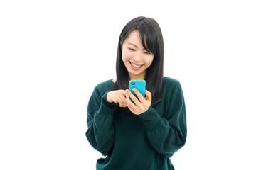 スマートフォンを使う女性