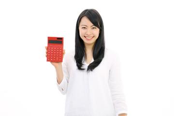 電卓を使う女性