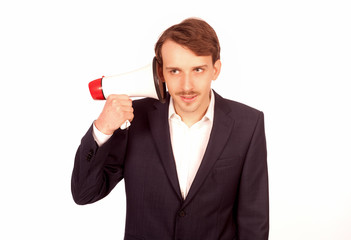 Mann hält sich ein Megaphon ans Ohr