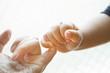 指きりする親子の手