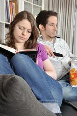 Junges Paar gelangweilt auf Sofa