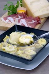 cucchiaiata di tortellini in brodo alla bolognese