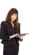 Junge hübsche Geschäftsfrau bedient Tablet