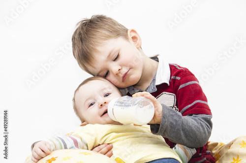 Bruder füttert Schwester