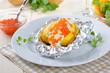 Heisse Ofenkartoffel mit Kräuterquark und Forellenkaviar