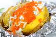 Heisse Folienkartoffel mit Quark und Forellenkaviar