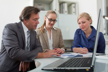 Drei Mitarbeiter bei einer Besprechung