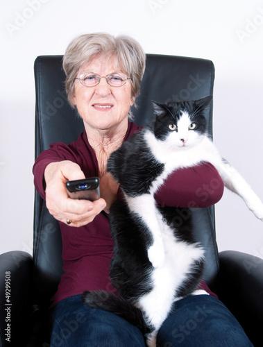 Seniorin mit Fernbedienung beim Fernsehen