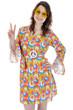 Junge Frau in Hippie-Kostüm zeigt Peace-Zeichen