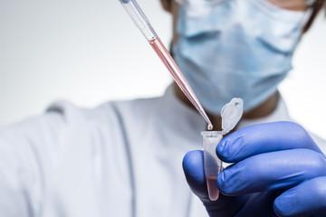 Chemiker verwendet eine Pipette