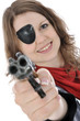 Junge Frau in Piraten-Kostüm zielt mit Pistole