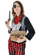 Junge Frau im Piraten-Kostüm mit Pistole und Schatztruhe