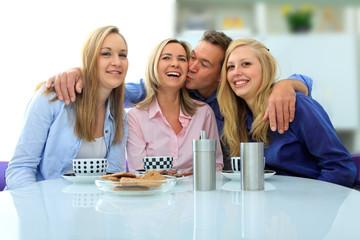 Familie Zuhause beim Kaffee trinken