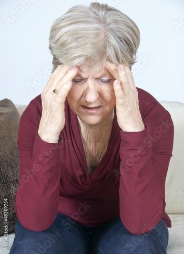 Ältere Dame mit Depression oder Kopfschmerzen