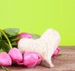 Tulpen auf Holz mit Herz