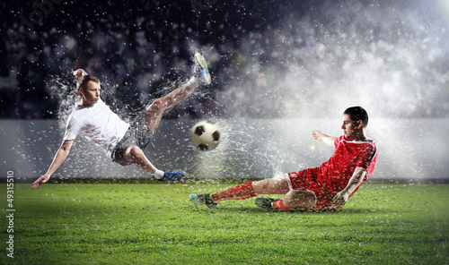 Plexiglas voetbal two football players striking the ball