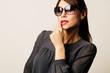 Frau posiert mit Sonnenbrille