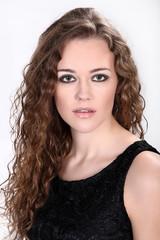 Hübsche junge Frau mit langen Haaren und Locken