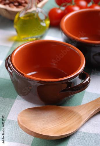ciotola di terracotta vuota con cucchiaio di legno